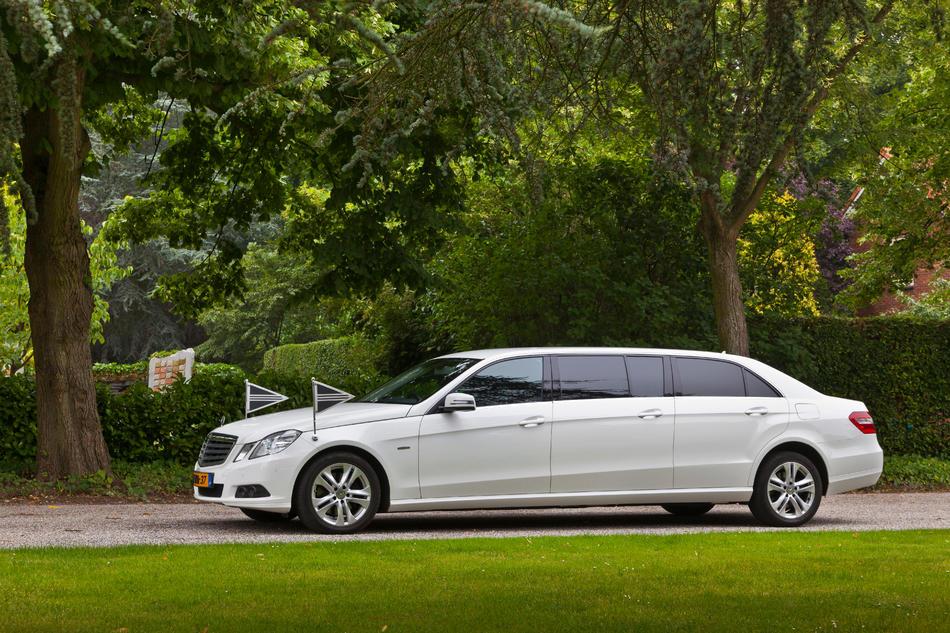Volgauto limousine wit Mercedes