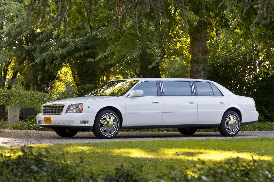 Volgauto limousine wit Cadillac