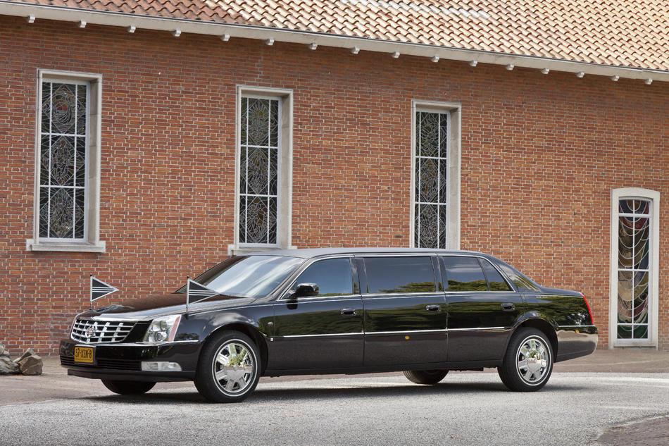 Volgauto limousine zwart Cadillac