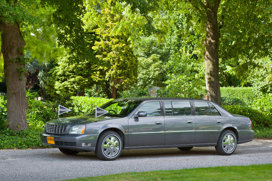 Volgauto limousine donker grijs Cadillac
