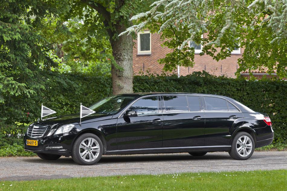 Volgauto limousine zwart Mercedes