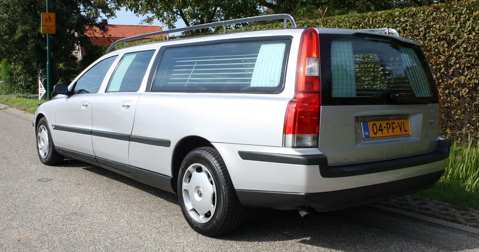 Grijze rouwauto Volvo achterzijde