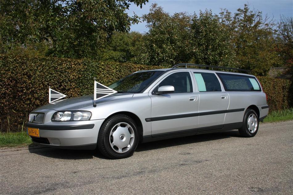 Grijze rouwauto Volvo