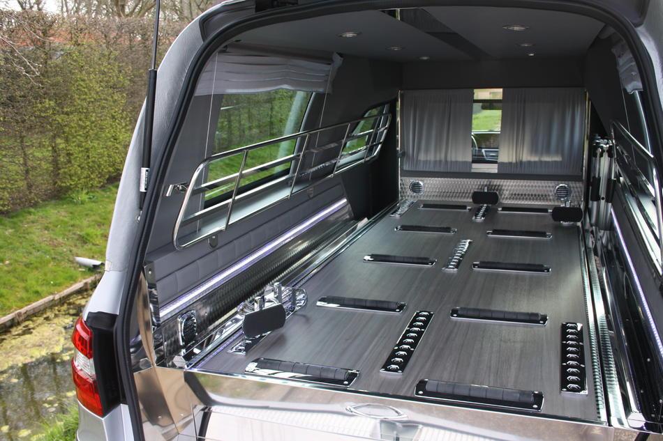 Rouwauto grijs Mercedes binnenzijde met led verlichting