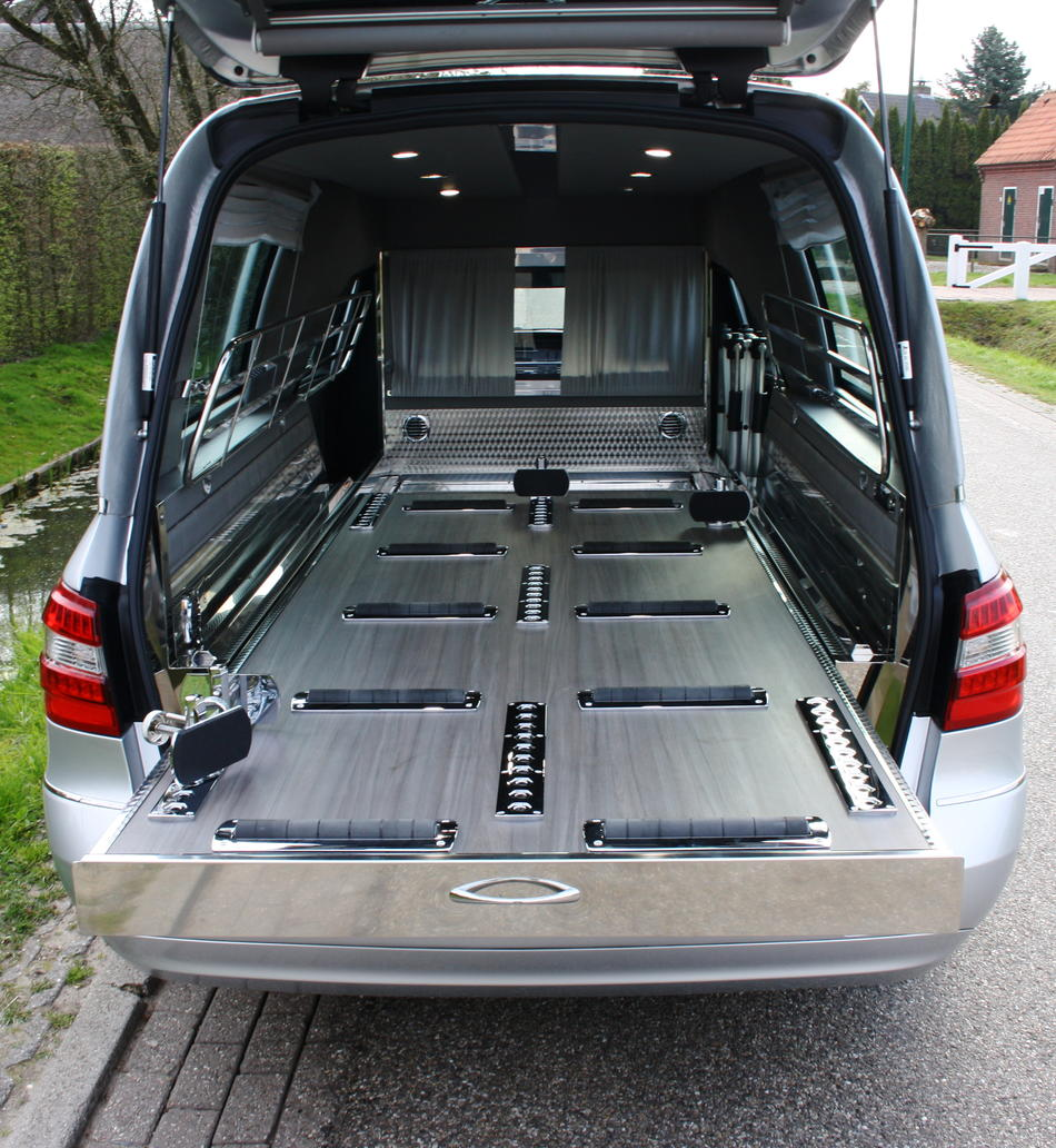 Rouwauto grijs Mercedes binnenzijde