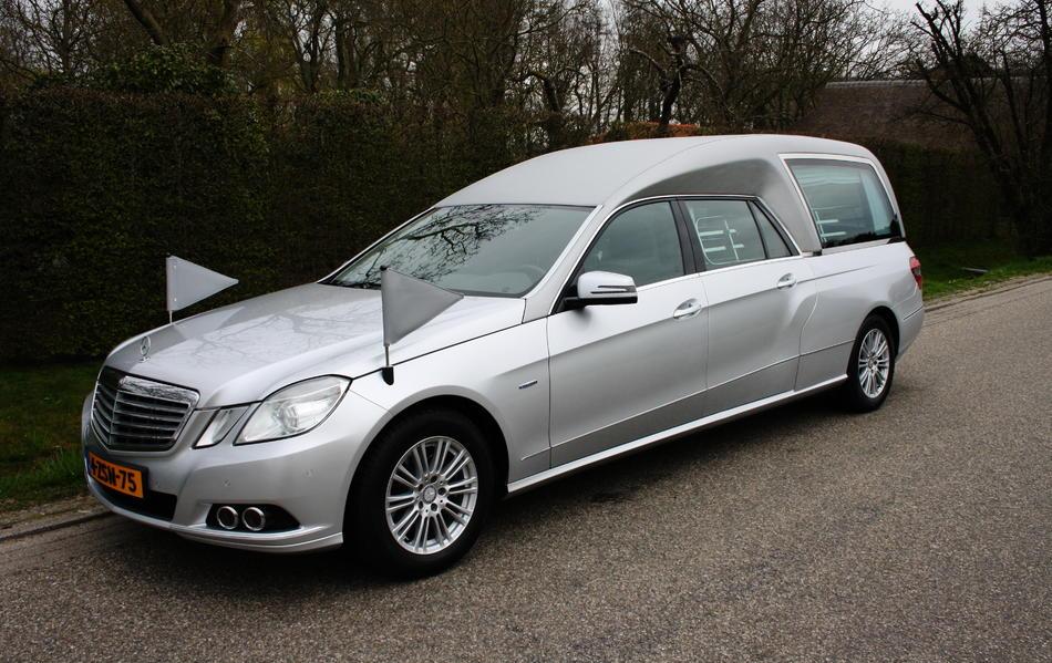 Rouwauto grijs Mercedes