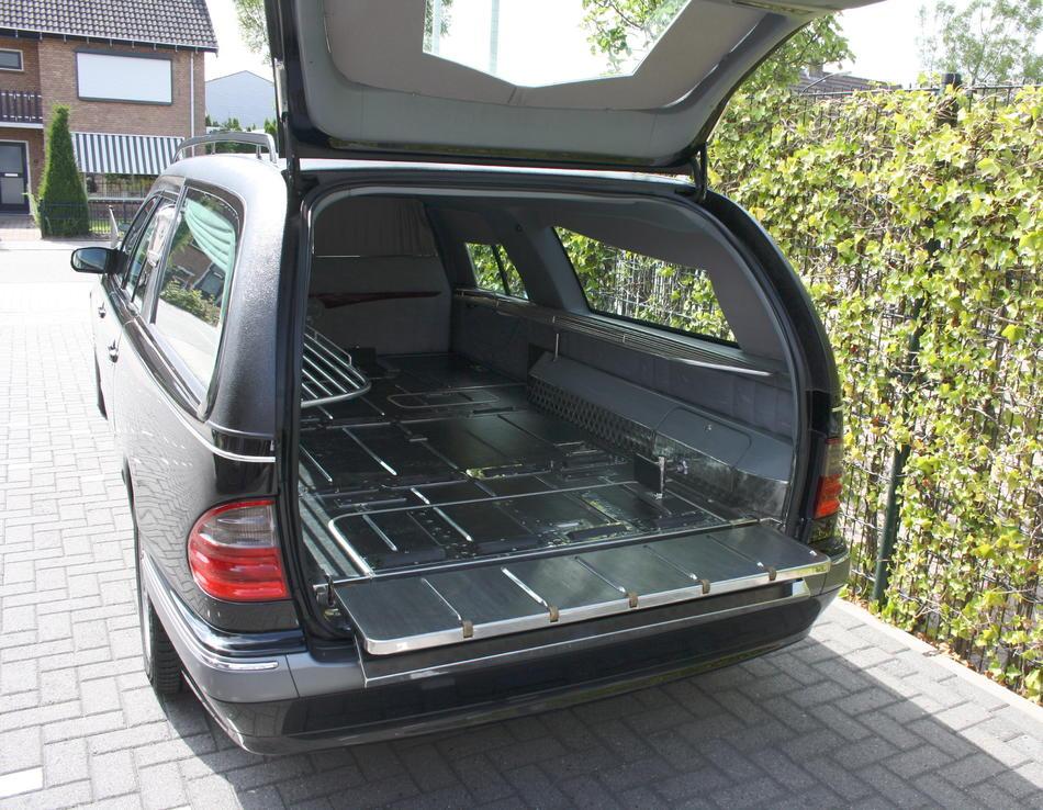 Rouwauto zwart Mercedes binnenzijde