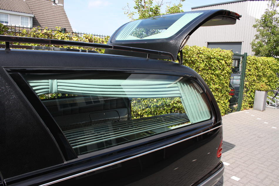 Rouwauto zwart Mercedes achterzijde