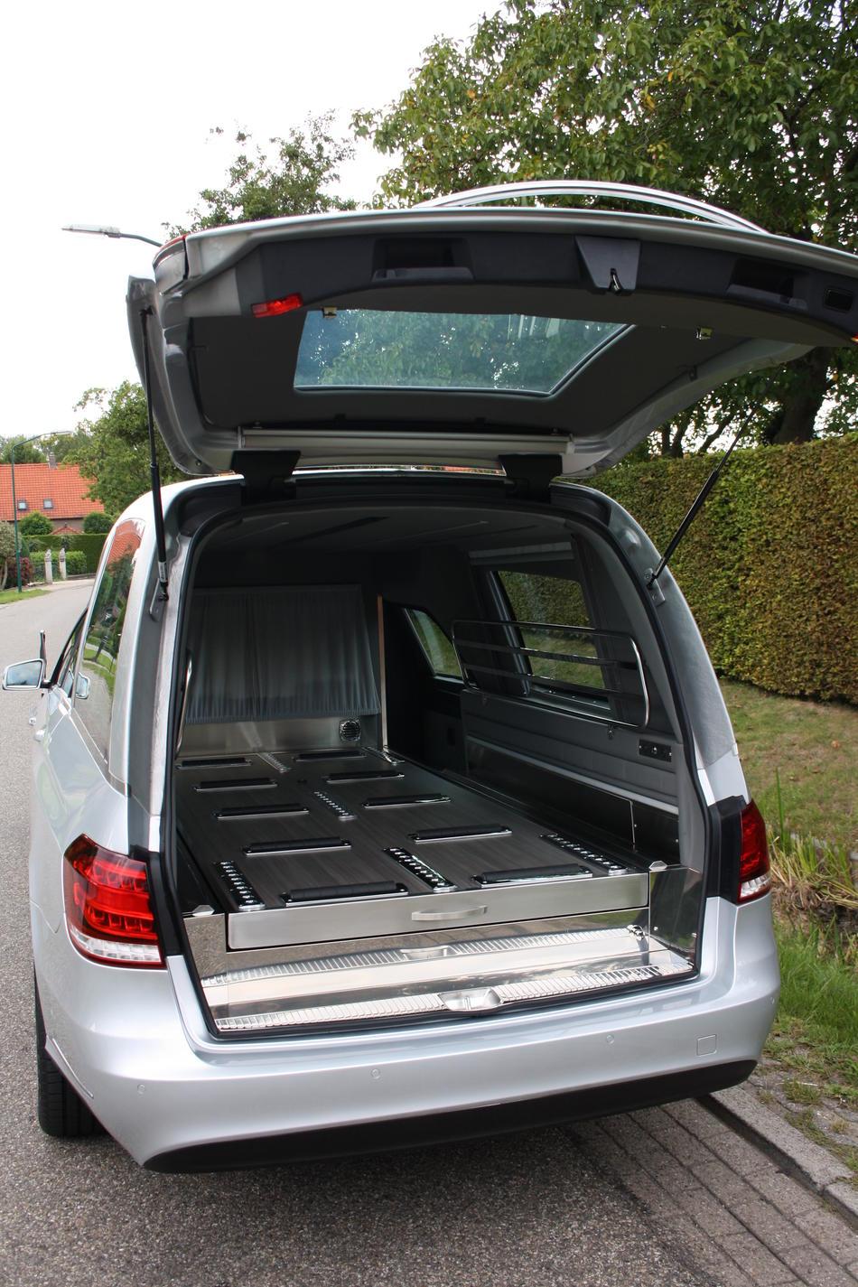 Rouwauto grijs Mercedes E200 - Achterzijde