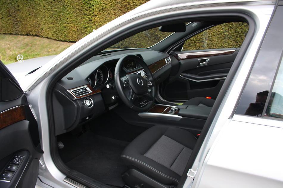 Rouwauto grijs Mercedes E200 - Interieur