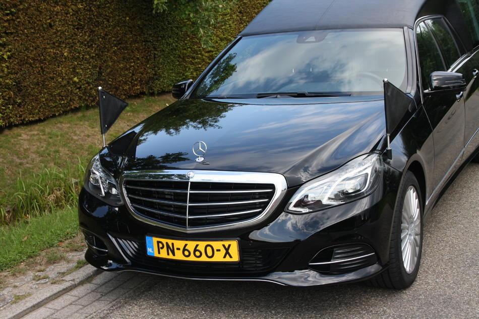 Rouwauto zwart Mercedes E200 - Voorzijde