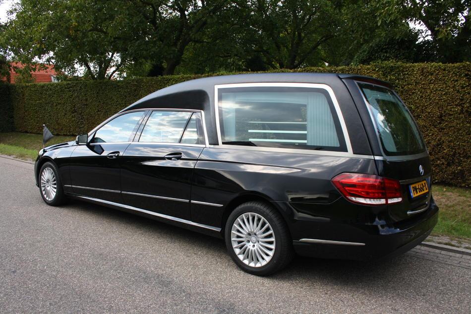 Rouwauto zwart Mercedes E200
