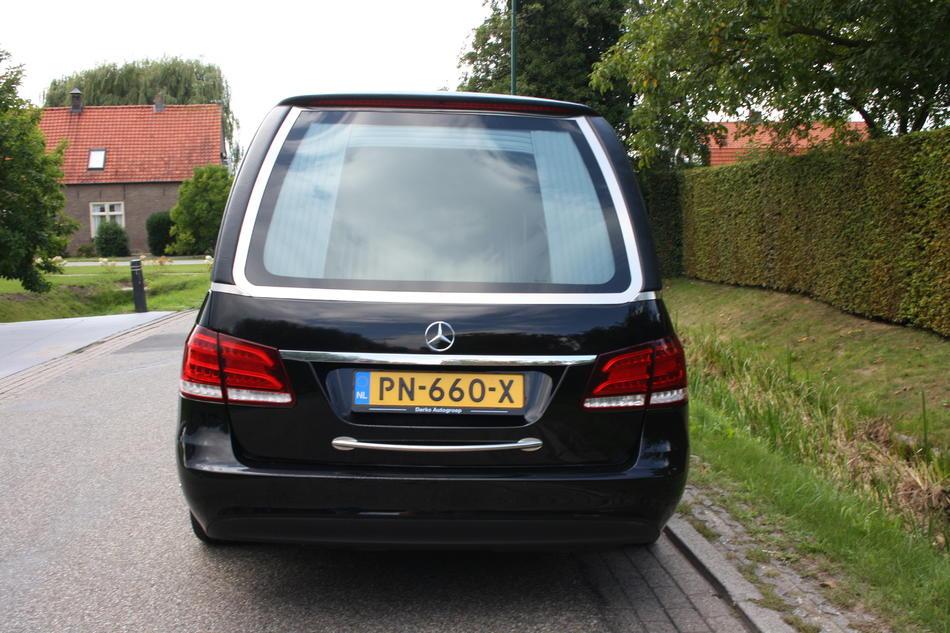 Rouwauto zwart Mercedes E200 - Achterzijde