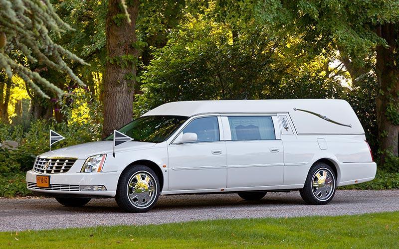 Rouwauto wit Cadillac