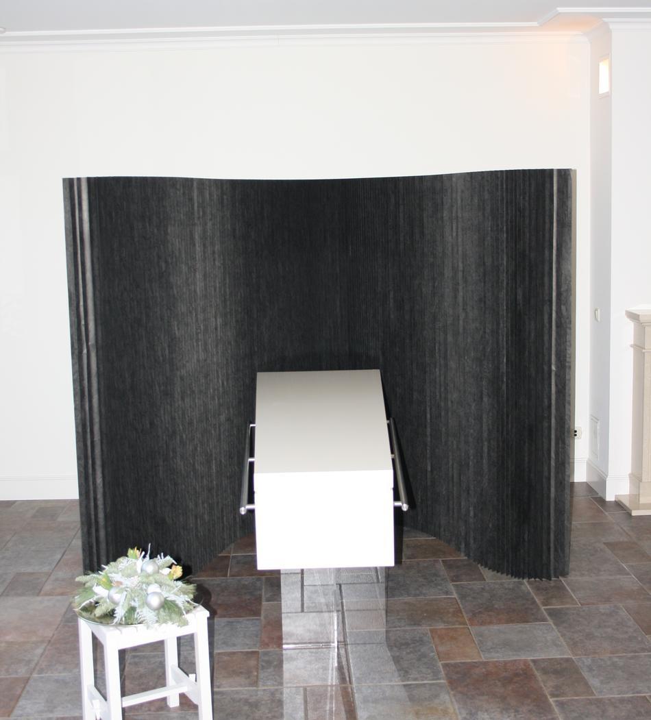 Zwart Softwall rouwscherm in combinatie met witte kist.