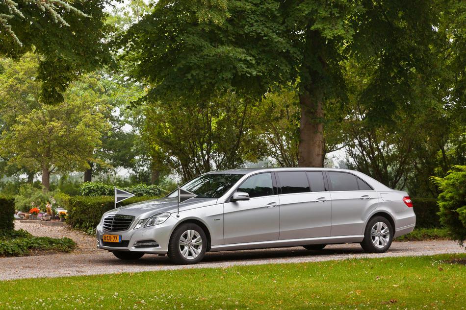 Volgauto limousine grijs Mercedes